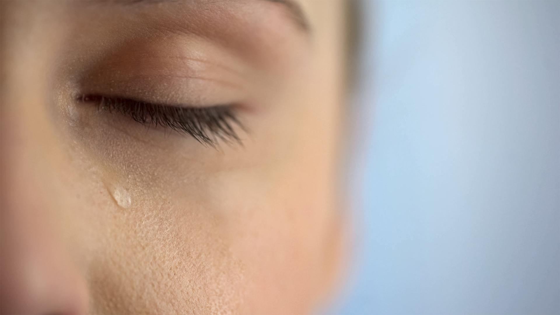 Foto di una donna che piange