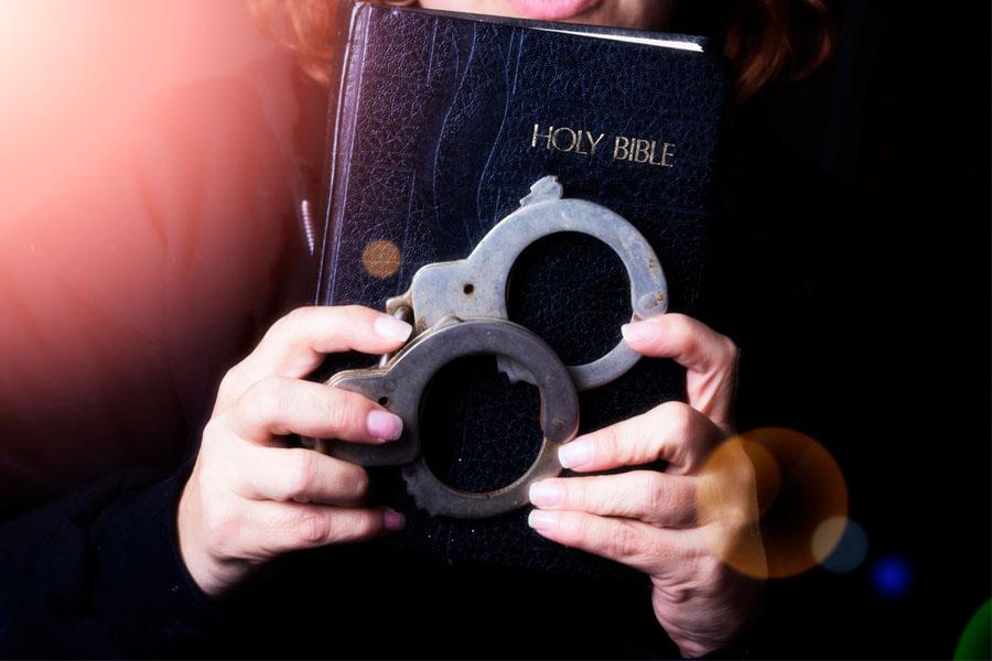 foto di bibbia con manette